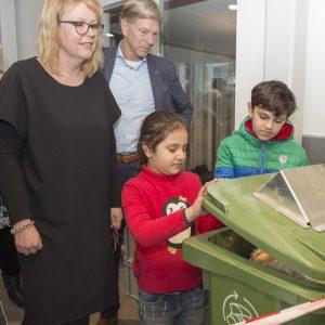 Kinderen  halen brood uit de container om aan de broodvergister te voeren