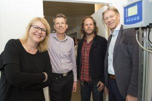 Fleur Imming, Stefan Blankenborg, Simme Andriesma en Koos Koolstra bij de broodvergister
